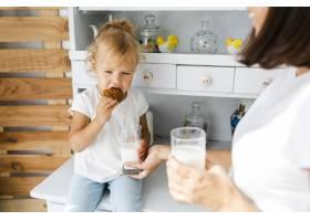 母亲喝牛奶女儿吃饼干_5918565