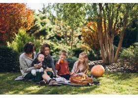 母亲带着四个孩子在后院野餐_5852284