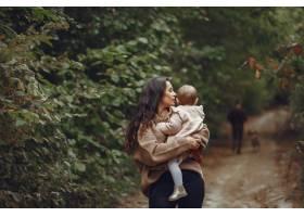 母亲带着小女儿在田野里玩耍_6279435