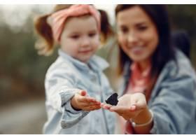 母亲带着小女儿在田野里玩耍_6279490
