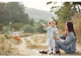 母亲带着小女儿在田野里玩耍_6279507