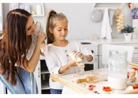 母亲看着女儿做饭_5809750