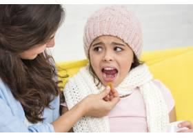 母亲给女儿吃了一片药丸_6405249