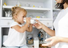 母亲给女儿端着一杯牛奶_5918559