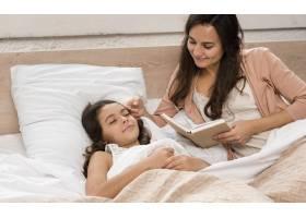 母亲给女儿读一本书_6403395