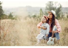 母亲带着小女儿在田野里玩耍_6280033