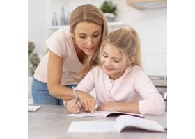 母亲帮助女儿做作业_5881548