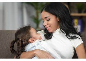 母亲抱着女儿还是个小婴儿_6354007