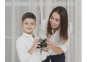 母亲教儿子如何使用相机的画像_6395289