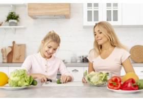 母女俩一起做饭_5881344