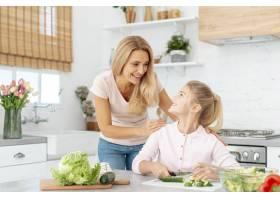 母女俩一起做饭_5881475