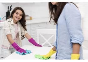 母女俩一起打扫厨房_6405093