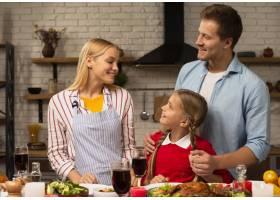 幸福的一家人在厨房里看着对方_5682061
