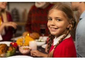 微笑的年轻女孩看着相机_5682654
