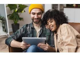 快乐的潮人夫妇看着平板电脑_6121096