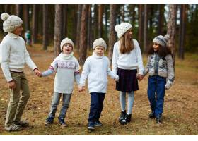 孩子们喜欢在秋天的森林里散步_5400035