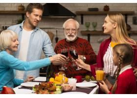 家庭世代在感恩节敬酒_5682528
