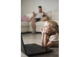 小女孩在看笔记本电脑时的特写_5627619