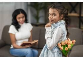 小女孩用鲜花给妈妈带来惊喜_6354018