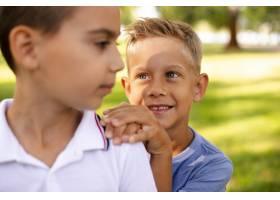 小男孩们互相看着对方_5738179