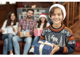 带圣诞礼物的中景快乐孩子_5750095