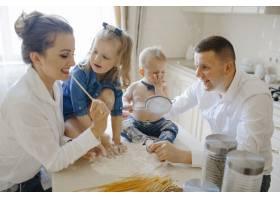 带着孩子在厨房的父母_5697758