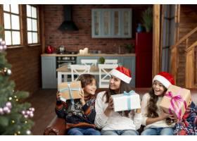 带礼物的中景母亲和孩子_5750081