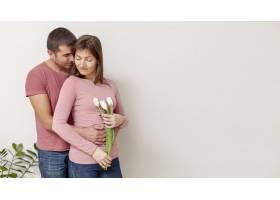 女人手持鲜花男人拥抱她_6363755
