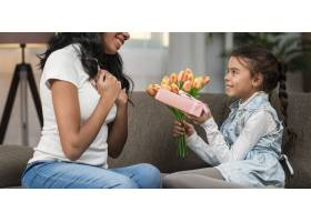 女儿用鲜花和礼物给妈妈带来惊喜_6353952