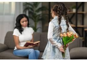 女孩用鲜花给妈妈带来惊喜_6354011