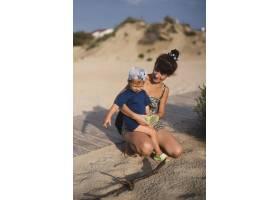 奶奶和孙子在海滩玩耍_5618597