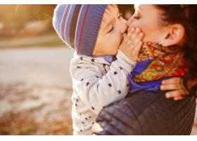 妈妈和儿子在湖边玩耍_6230634