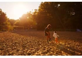 妈妈和儿子在湖边玩耍_6230637