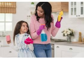 妈妈和女儿打扫房子_6365031