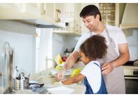 厨房里的父女俩_5399193