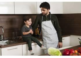 厨房里的高角小男孩和父亲_6157515