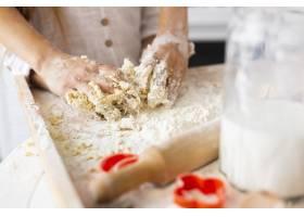 双手在厨房滚筒旁准备面团_5809753