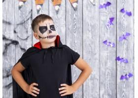 可怕的小男孩在万圣节摆姿势_5499464
