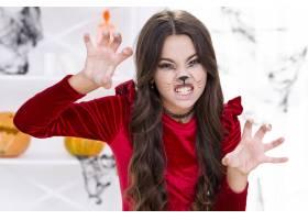 可怕的年轻女孩在万圣节摆姿势_5502483