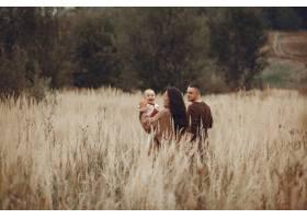 可爱时髦的一家人在田野里玩耍_6279443