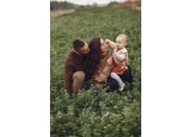 可爱时髦的一家人在田野里玩耍_6279445