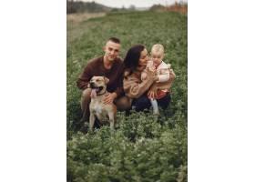 可爱时髦的一家人在田野里玩耍_6279446