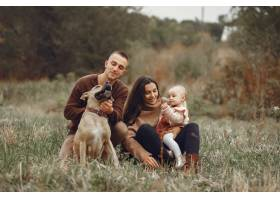 可爱时髦的一家人在田野里玩耍_6279448