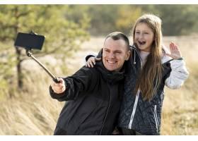 可爱的小女孩和爸爸自拍_5999442