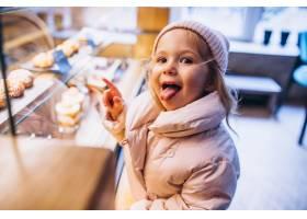 可爱的小女孩在面包店挑选甜点_6214121
