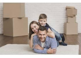 可爱的父母在家里带着孩子_6394327