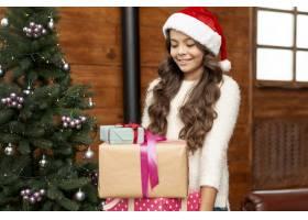 圣诞树附近有礼物的中景快乐女孩_5750065