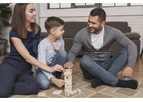 可爱的父母带着儿子玩耍的肖像_6394298