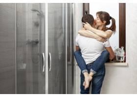 后景情侣在浴室拥抱接吻_6363719