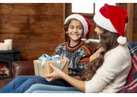 中等镜头的孩子们坐在沙发上带着礼物_5750046